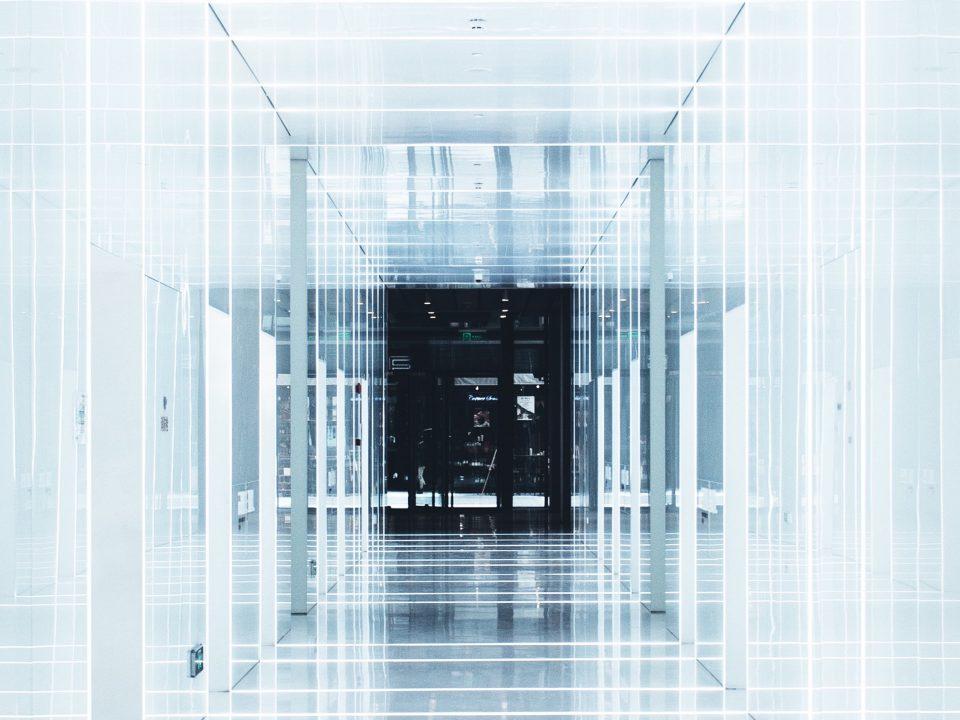 Un couloir blanc représentant une fintech