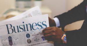 employé lisant un Business journal