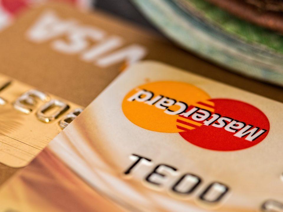 Gros plan sur deux cartes bancaires