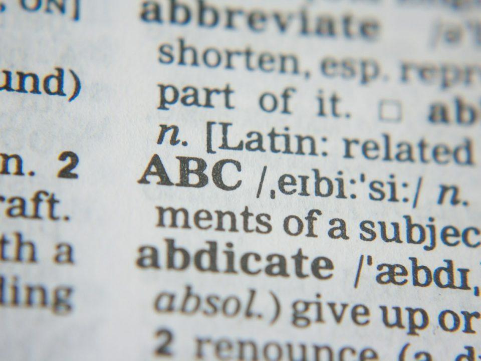 Gros plan sur une page de dictionnaire
