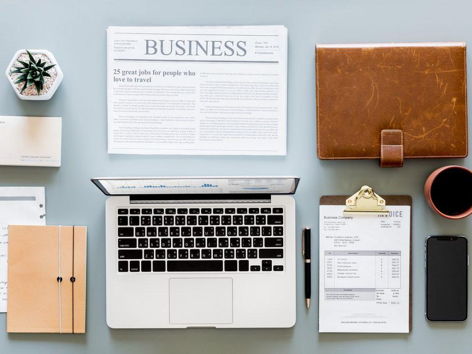Des affaires de bureaux se trouvent sur une table