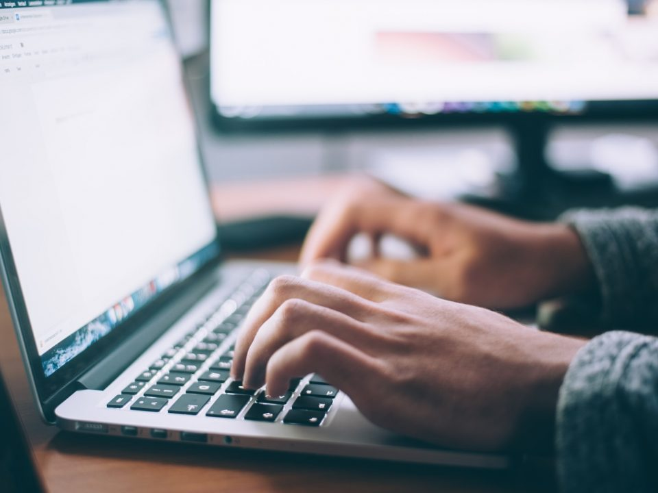 Une personne utilise un clavier d'ordinateur portable