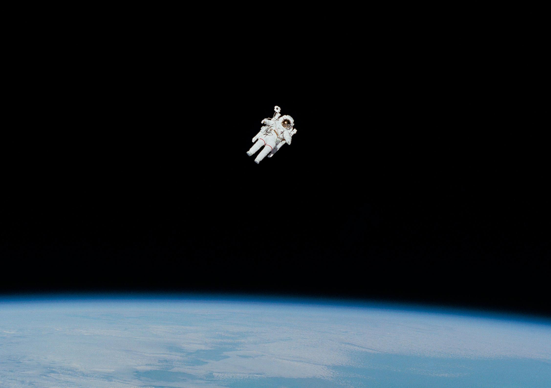 Un astronaute en orbite autour de la Terre